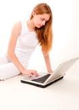 女孩highkey膝上型计算机 图库摄影