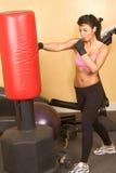 女孩kickboxing的打孔机讨论会 免版税库存照片