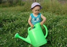 女孩litlle罐浇灌 免版税图库摄影
