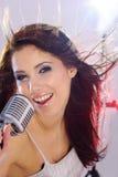 女孩mic减速火箭唱歌 免版税图库摄影