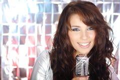 女孩mic减速火箭唱歌 免版税库存照片