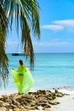 女孩poreo海棕榈树 库存照片
