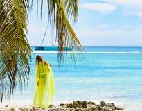 女孩poreo海棕榈树 免版税图库摄影