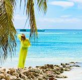 女孩poreo海棕榈树 图库摄影