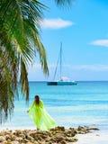 女孩poreo海棕榈树 免版税库存图片