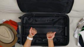 女孩POV有设法红色优美的钉子的有困境和决定怎样为看手提箱的旅行包装 影视素材