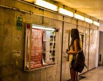 女孩readingin地下 库存照片