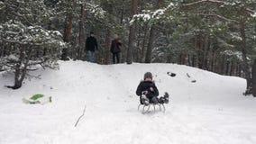 女孩sledding在小山下 股票录像
