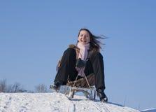 女孩sledding青少年 免版税库存照片
