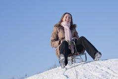 女孩sledding青少年 免版税库存图片