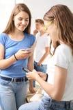 女孩sms写道 免版税库存图片