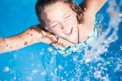 女孩splasing的水 库存图片