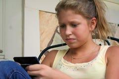 女孩texting的年轻人 免版税图库摄影