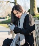 女孩texting的消息 免版税图库摄影