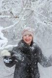 女孩treset多雪的树枝 库存图片