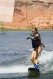 女孩wakeboarding湖的powe 库存照片