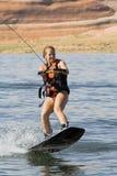 女孩wakeboarding湖的powell 库存照片