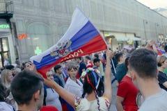 女孩waveing的俄国旗子,当庆祝俄国n时胜利  免版税图库摄影