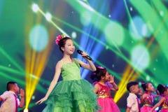 女孩wuchangying的唱歌:草的声明 库存照片