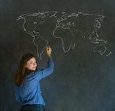 女实业家、老师或者学生有世界地理地图的在白垩背景 免版税库存照片