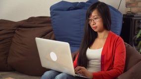 女实业家与个人计算机一起使用 股票录像