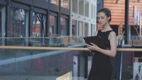 女实业家与文件夹一起使用 免版税图库摄影