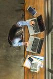 女实业家与现代技术设备一起使用 免版税库存照片