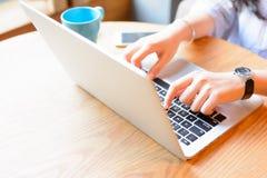 女实业家与膝上型计算机一起使用 免版税库存图片