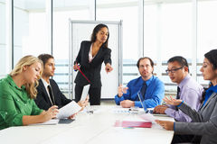 女实业家举办的会议在会议室里 免版税库存照片