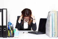 女实业家亚洲严肃和繁忙与麻烦她工作 免版税库存照片