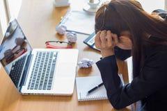 女实业家从工作的感觉重音 免版税库存图片