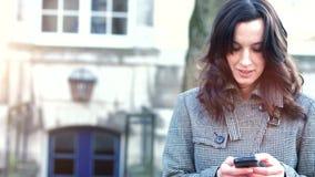 女实业家使用她的手机 股票视频