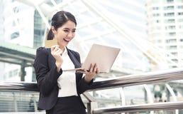女实业家使用计算机的和信用卡为互联网开户 免版税库存照片