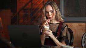 女实业家光的反射玻璃被聚焦的工作的互联网膝上型计算机片剂4k妇女的眼睛关闭妇女  股票录像