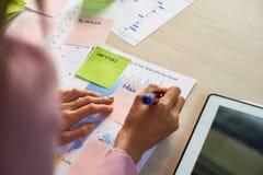 女实业家关于贴纸的文字笔记 免版税库存照片