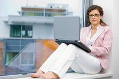 女实业家创造性的膝上型计算机 库存图片