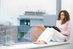 女实业家创造性的膝上型计算机 免版税库存图片