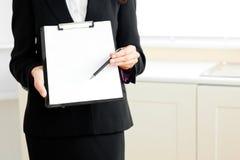 女实业家剪贴板接近阻止 免版税库存照片