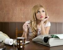 女实业家办公室减速火箭的秘书葡萄&# 免版税库存图片