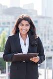女实业家印第安个人计算机tahlet 免版税库存图片