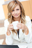 女实业家吸引人咖啡杯藏品 库存照片
