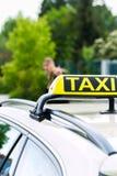 年轻女实业家呼叫请求出租汽车 免版税库存照片