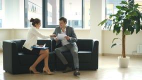 女实业家和商人坐椅子和谈论企业想法 股票录像