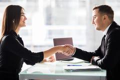 女实业家和商人震动在办公室移交与膝上型计算机和纸,宜人的业务会议, starti的桌 库存图片