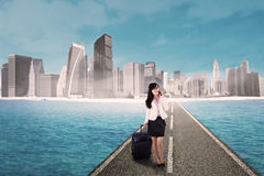 女实业家和现代城市 免版税库存照片