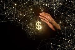 女实业家和电子货币的棕榈 免版税库存照片