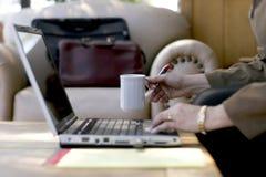 女实业家咖啡工作 免版税库存照片