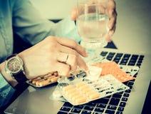 女实业家喝药物,重音,问题,疲倦,片剂,不快乐,神经,药剂过量 图库摄影