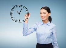 女实业家图画时钟在天空中 免版税图库摄影