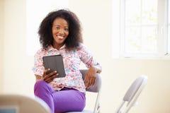 女实业家在使用数字式片剂的办公室 库存图片